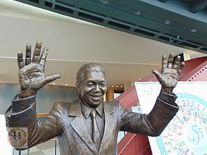 un-mandela-sculpture-hands-up-for-peace-centennial-15