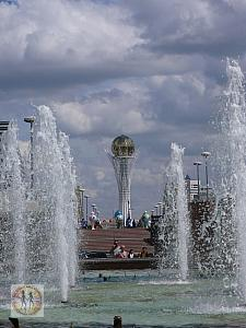 astana-bayterek-tower-waterfall-p1170272