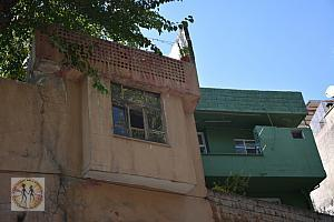 kahramanmaras-street-yellow-green-old-houses-2515